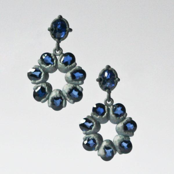 Boucles d'oreilles spinelles bleus synthétiques, argent, Ambroise Degenève, Exposition Antinomie