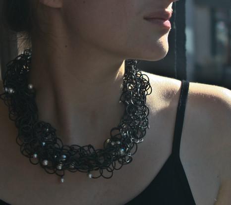 Collier Nid porté, Argent et Perles d'eau douce, Ambroise Degenève, Exposition Antinomie