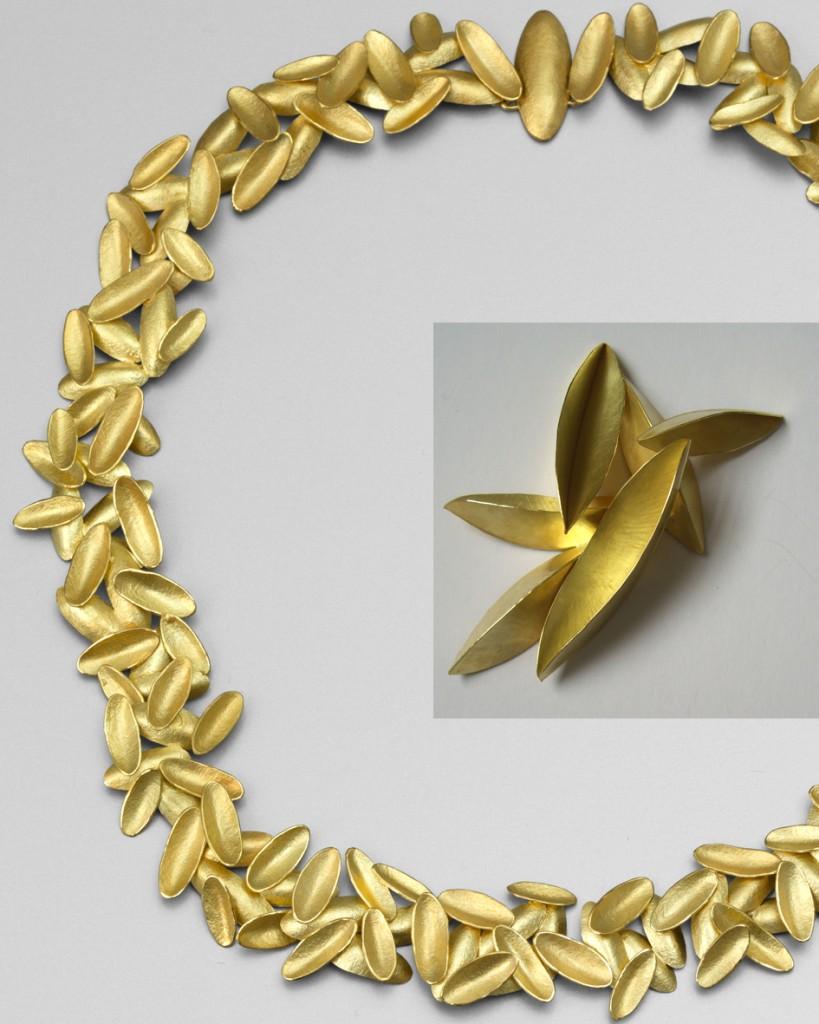 Collier et broche en or de Kayo Saito, une des  10 créateurs britanniques