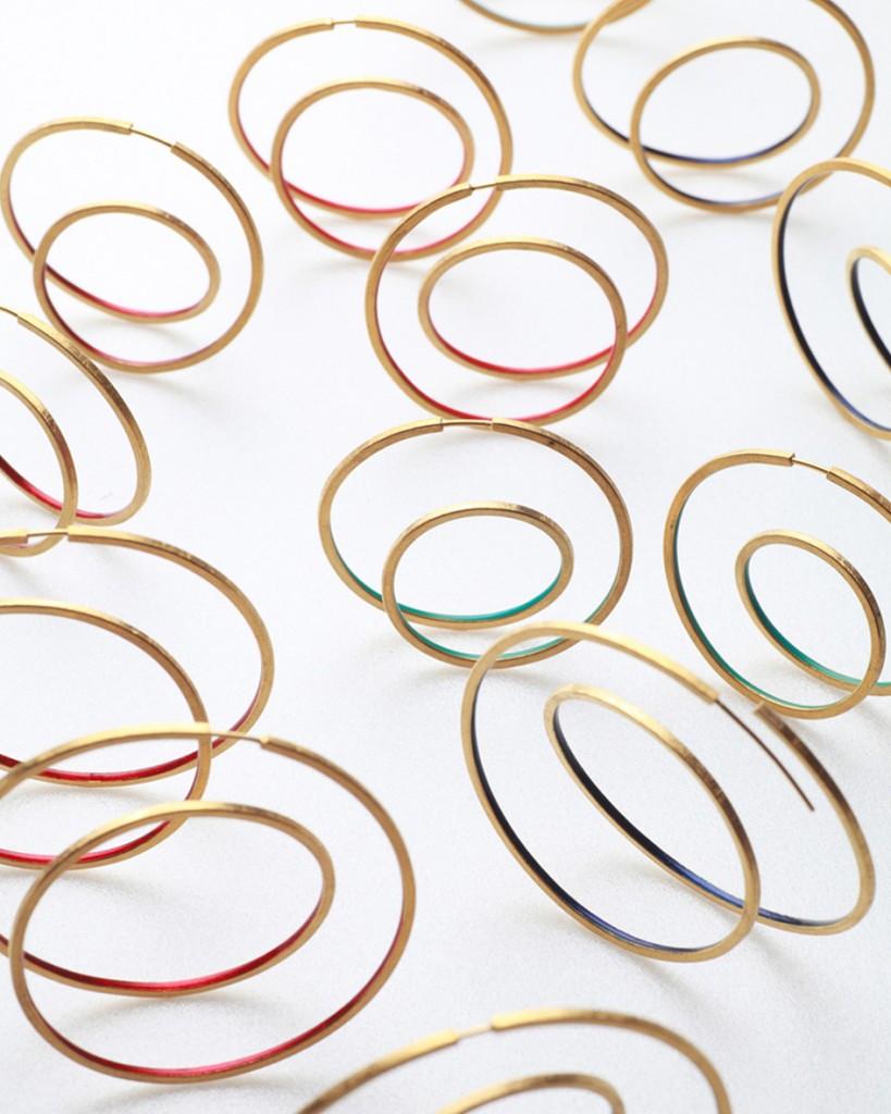 boucles d'oreilles émail et or de Karola Torkos,  une des  10 créateurs britanniques